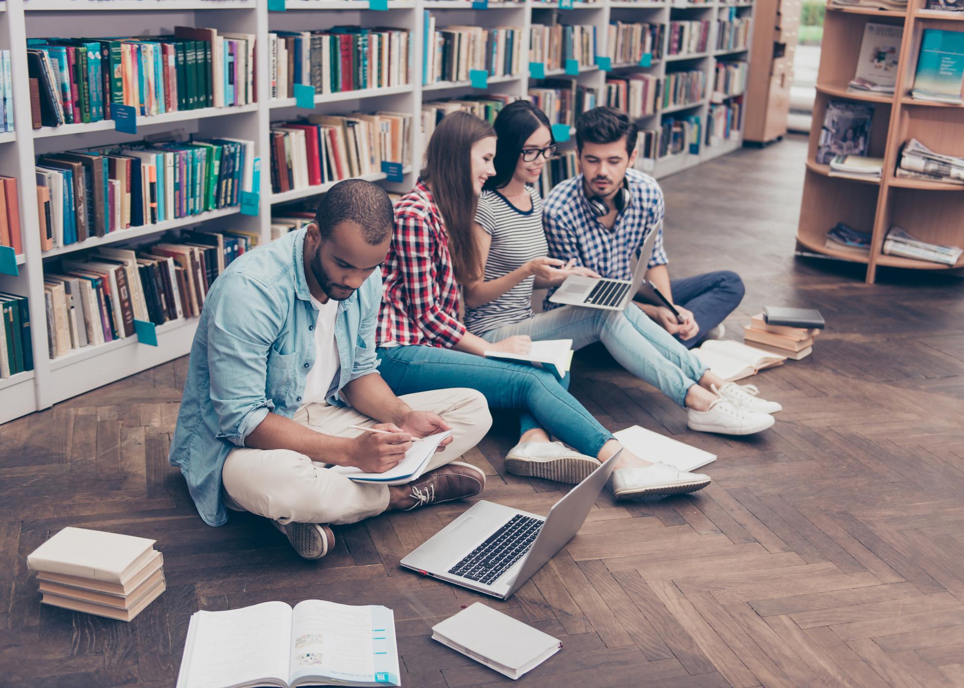 estudantes sentados na biblioteca