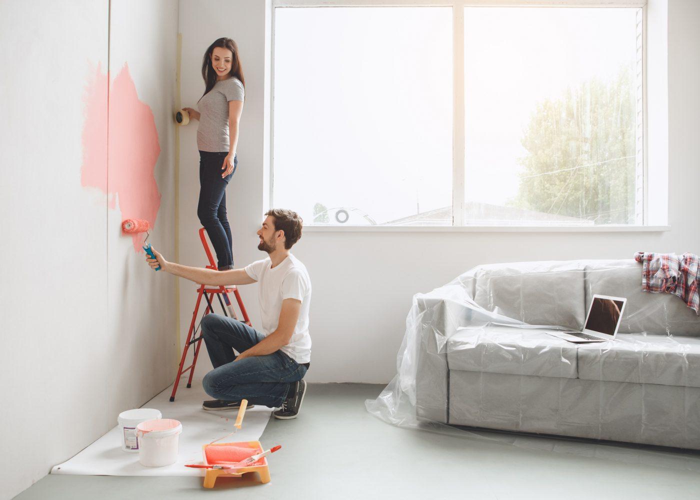 casal pinta parede