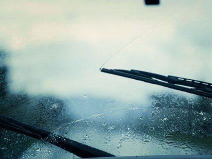 limpa-vidros do carro acionado