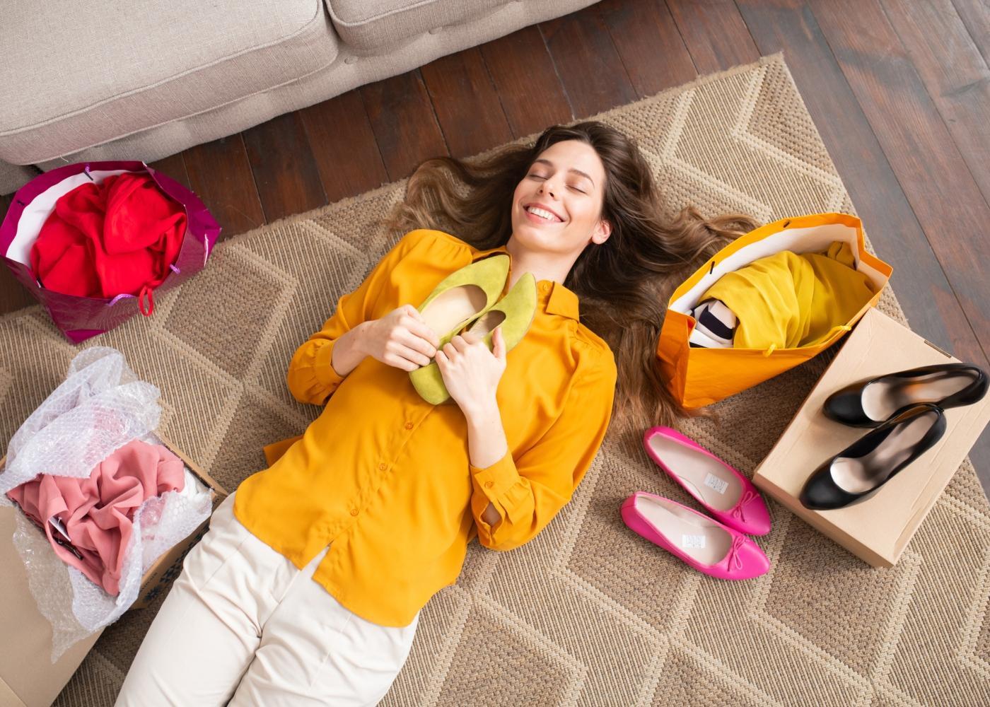 Mulher em êxtase com as compras que fez online
