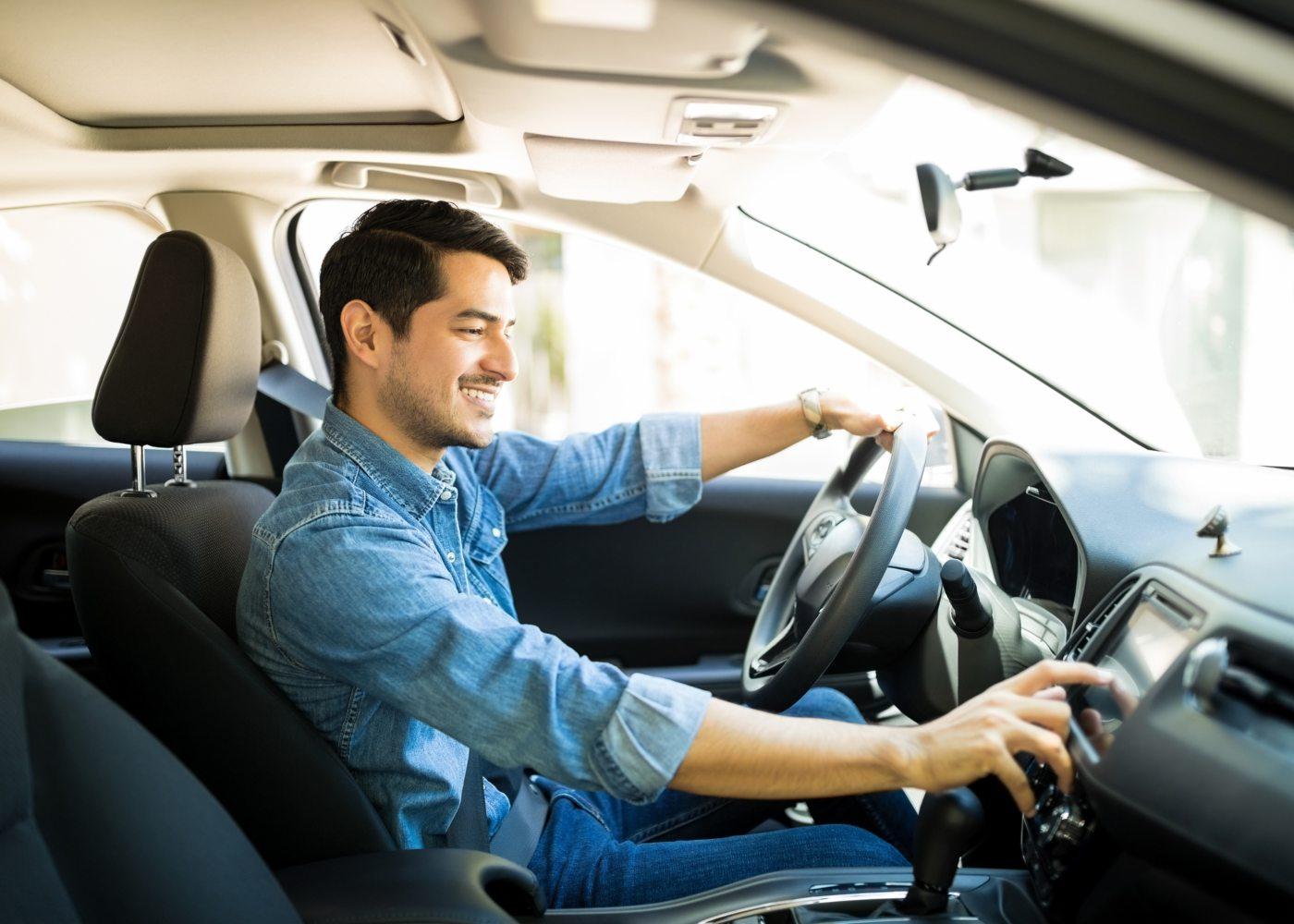 homem com camisa a conduzir um automóvel