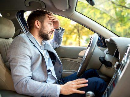 homem irritado ao volante de um carro