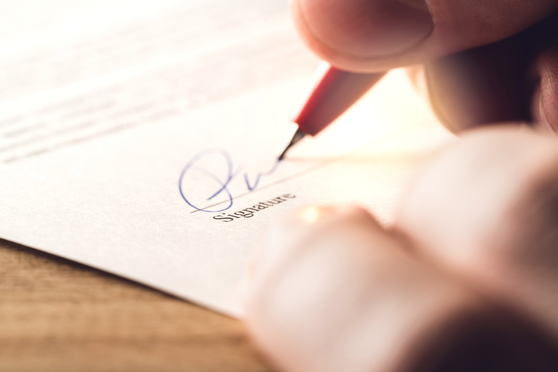 assinatura num contrato