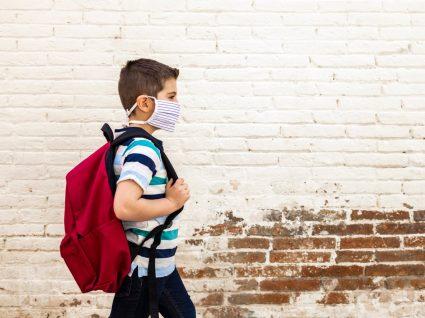 Criança com mochilas fashion