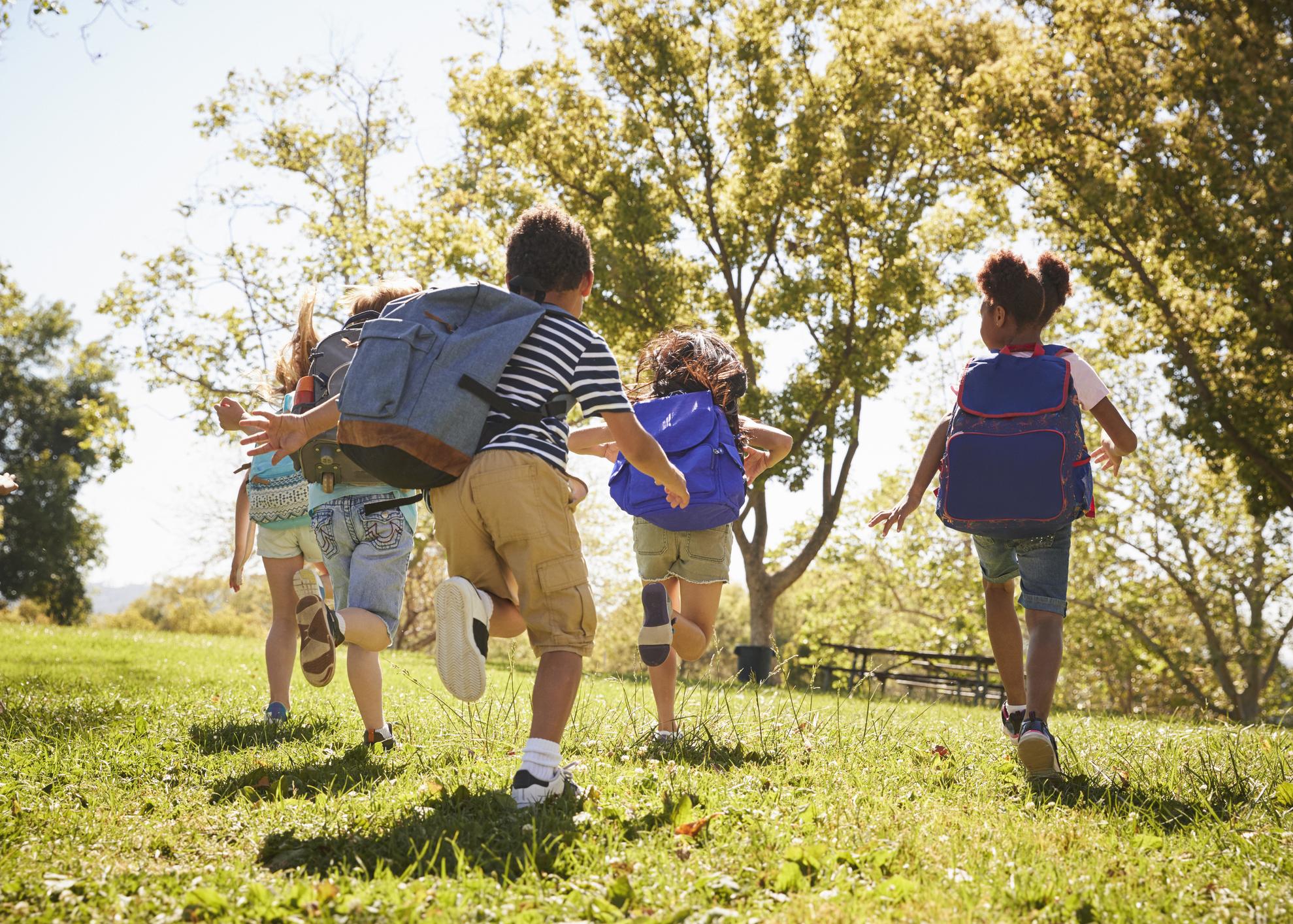 criancas brincam ao ar livre