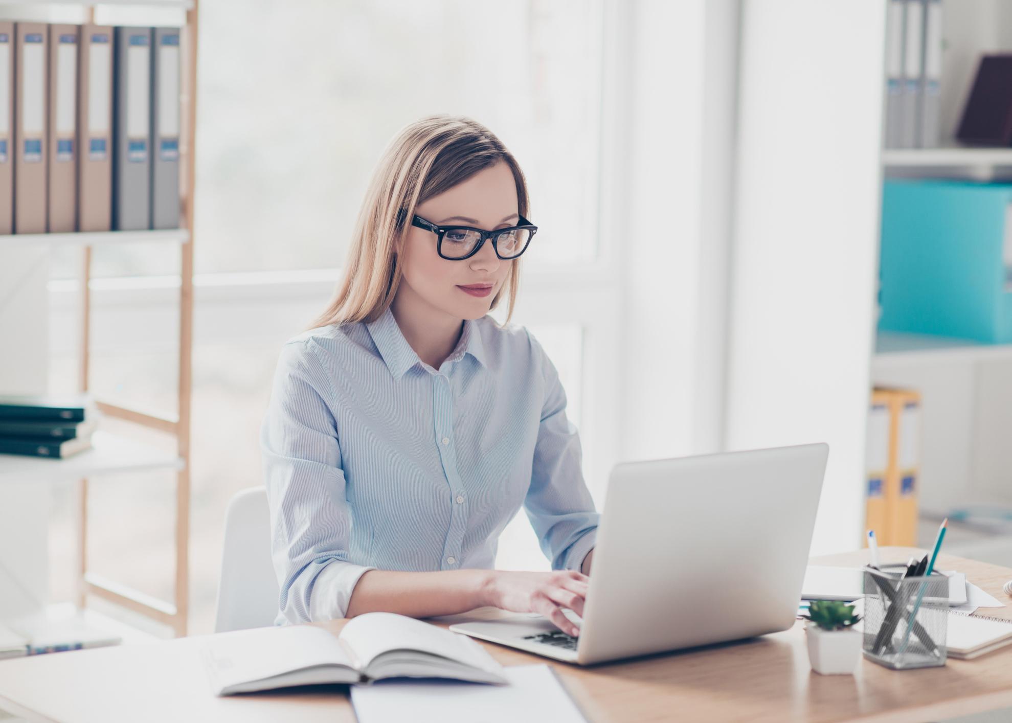 mulher emprego escritorio