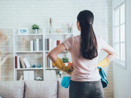 mulher a ver se não cometeu erros de limpeza na sala