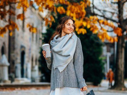 Mulher jovem a comprar peças essenciais para o outono