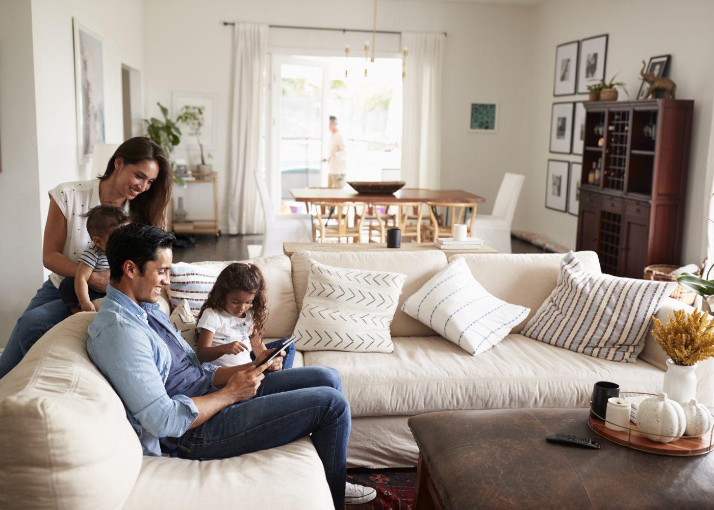 familia em casa relaxar em dia de tolerância de ponto