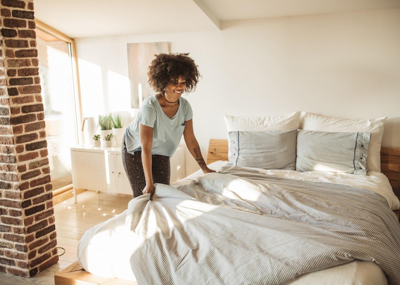 mulher a fazer a cama