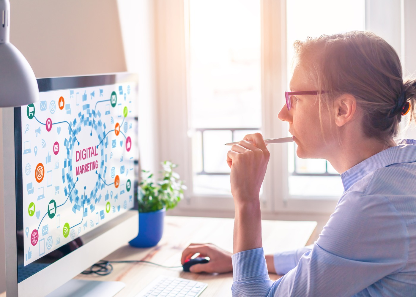 mulher a trabalhar no computador