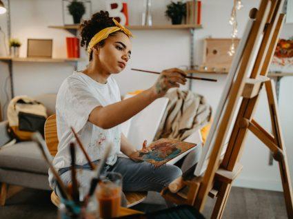 jovem a pintar como um dos hobbies para aliviar o stress