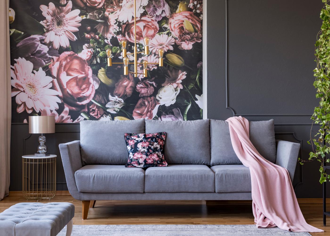 sala decorada em tons de rosa e cinzento