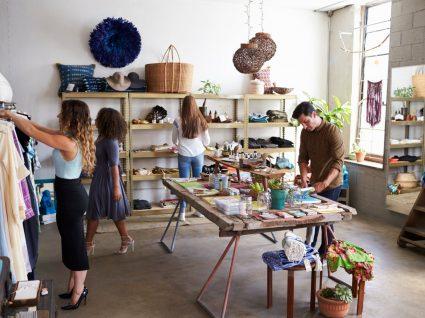 clientes em lojas de roupa e decoração