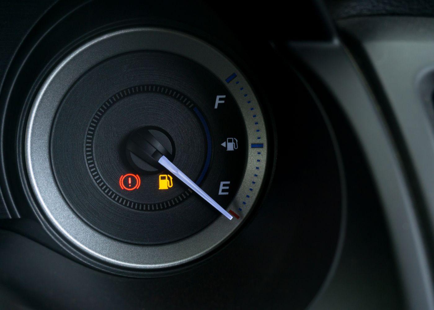 painel do carro a mostrar que luz da reserva acendeu