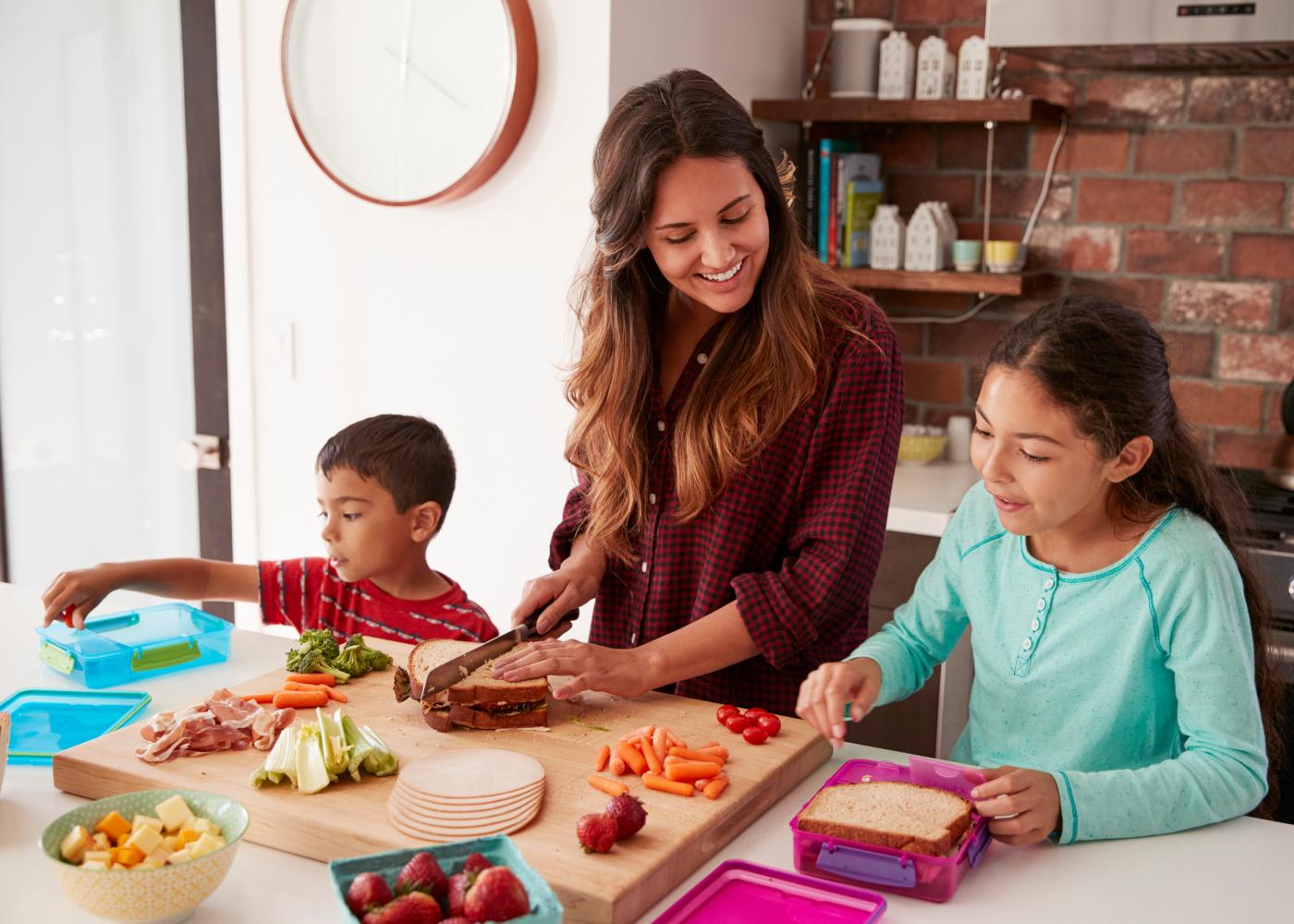 mae-a-preparar-almoco-com-filhos