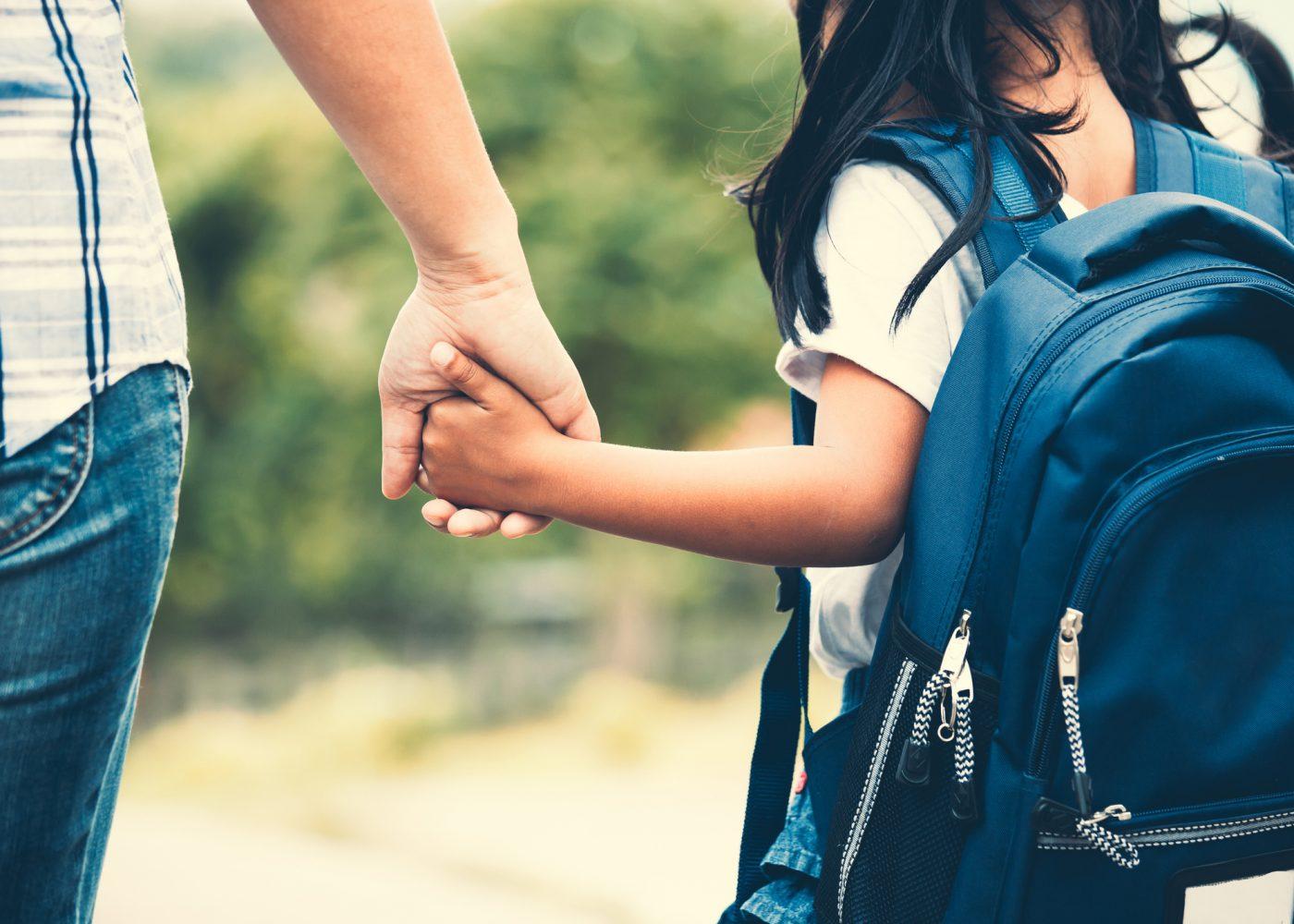 menina com mae escola