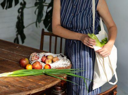 pessoa com sacos de pano de compras para ter menos plástico em casa