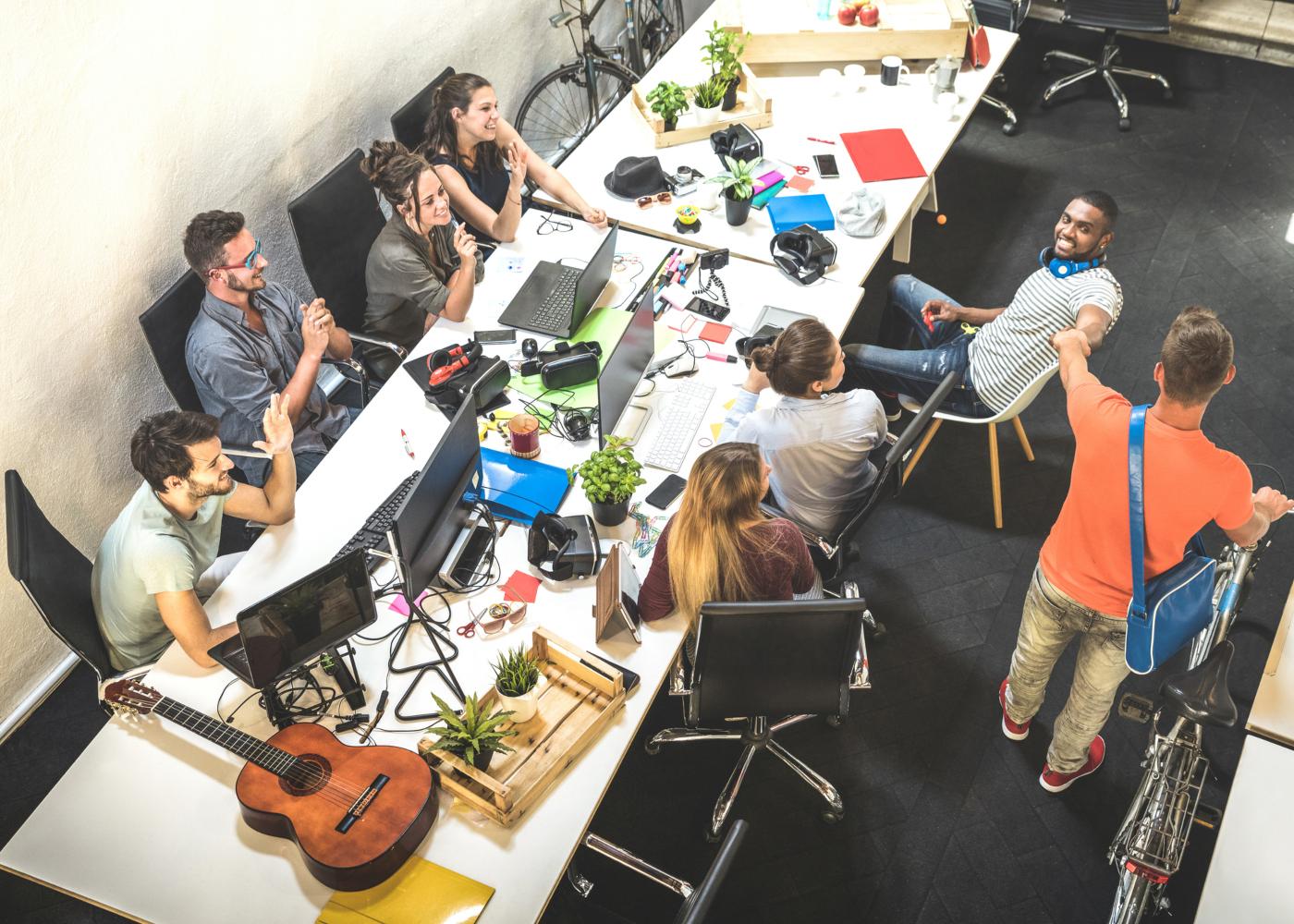 estagiários reunidos na mesa de trabalho