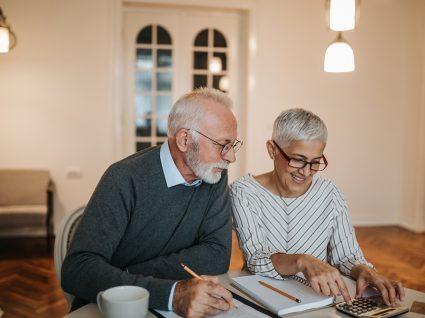 Casal a fazer contas ao aumento de pensões em 2020