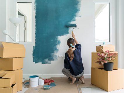 mulher a pintar uma parede