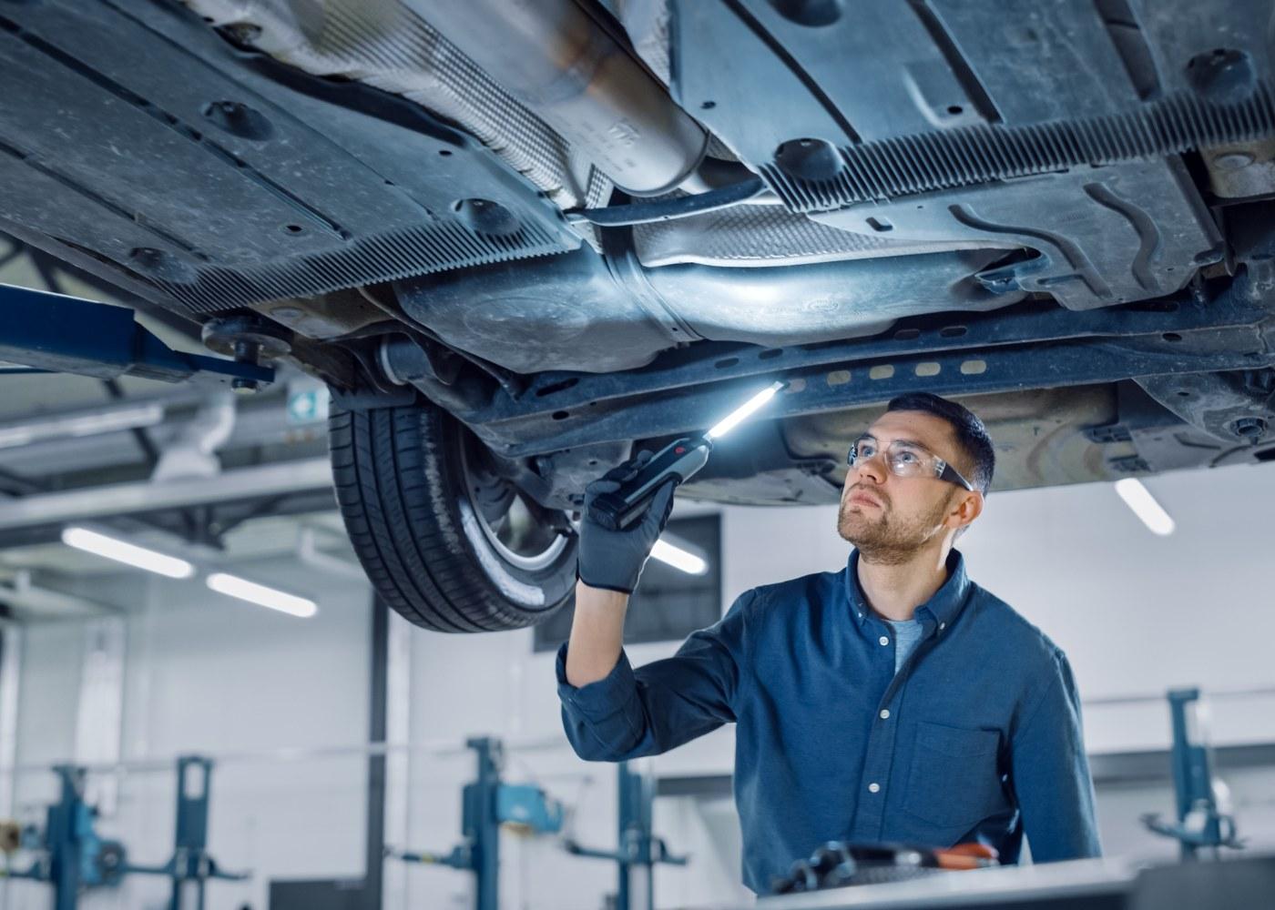 mecânico a avaliar piores problemas mecânicos que um carro pode ter