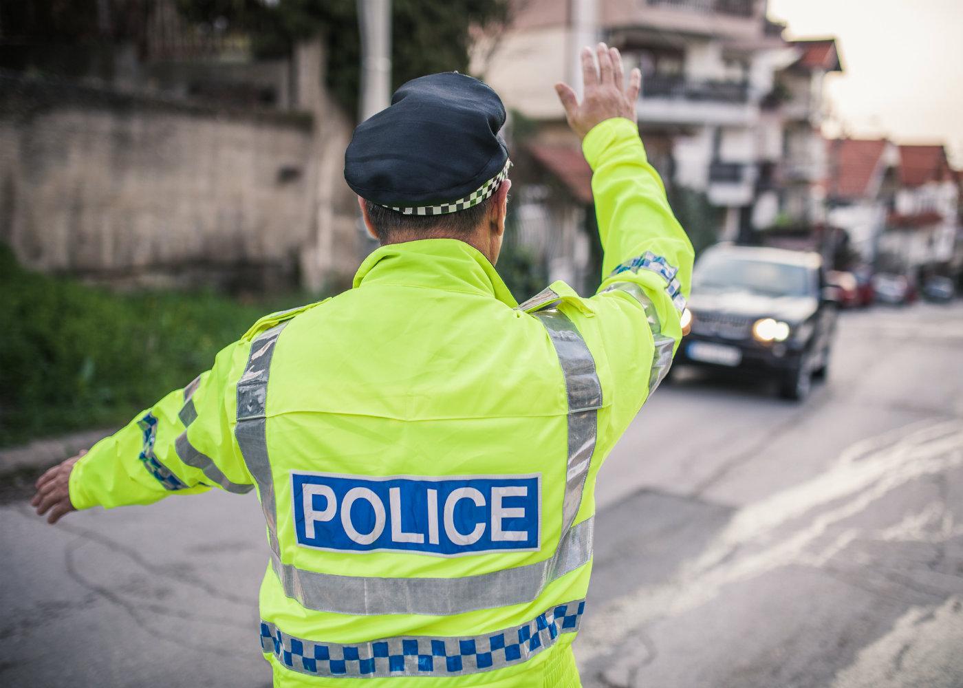polícia de trânsito numa operação stop
