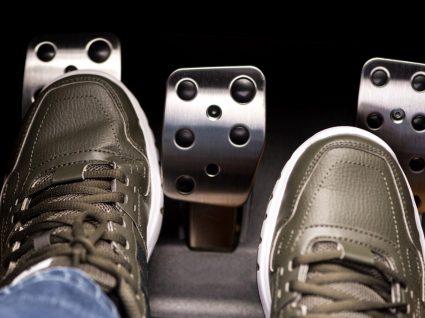 foco nos pés de um condutor a fazer o ponto de embraiagem