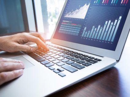 pessoa a analisar dados num computador, uma das profissões mais bem pagas em Portugal