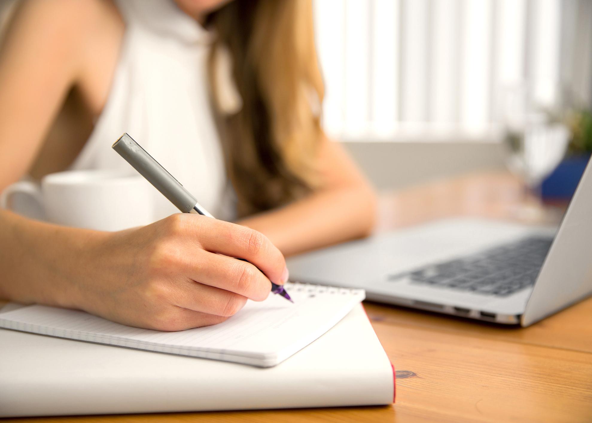 rapariga trabalha no computador