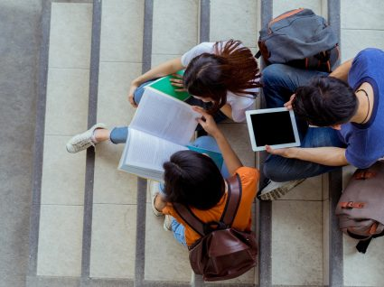 estudantes a ver os resultados da 2ª fase de acesso ao Ensino Superior