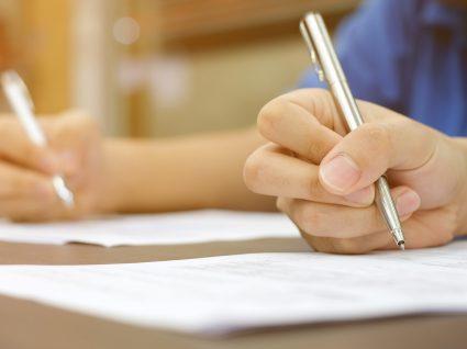 foco num teste psicotécnico e mão com uma caneta a responder