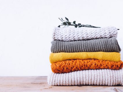 camisolas de malha dobradas umas em cima das outras