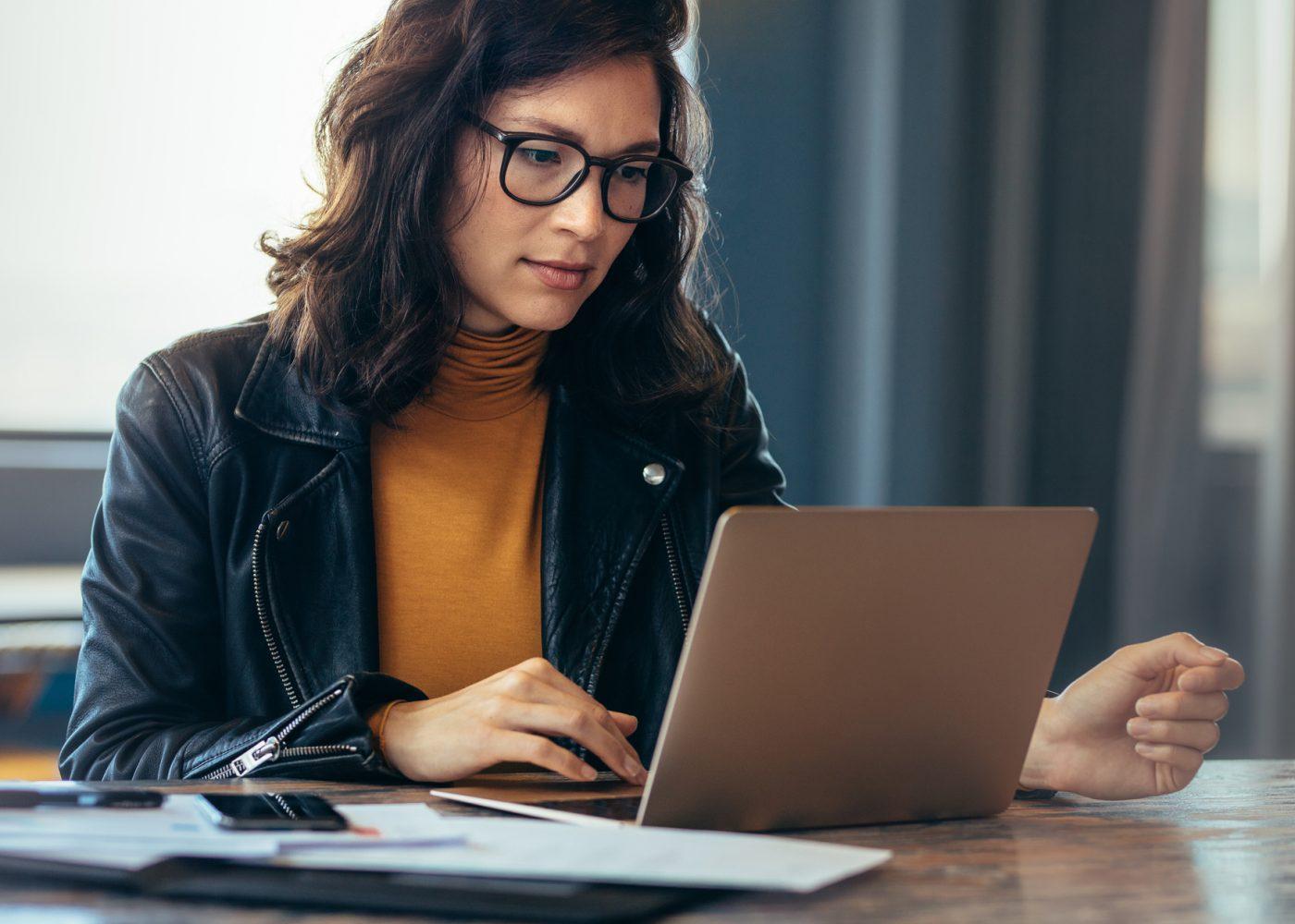trabalhar no computador concentrada