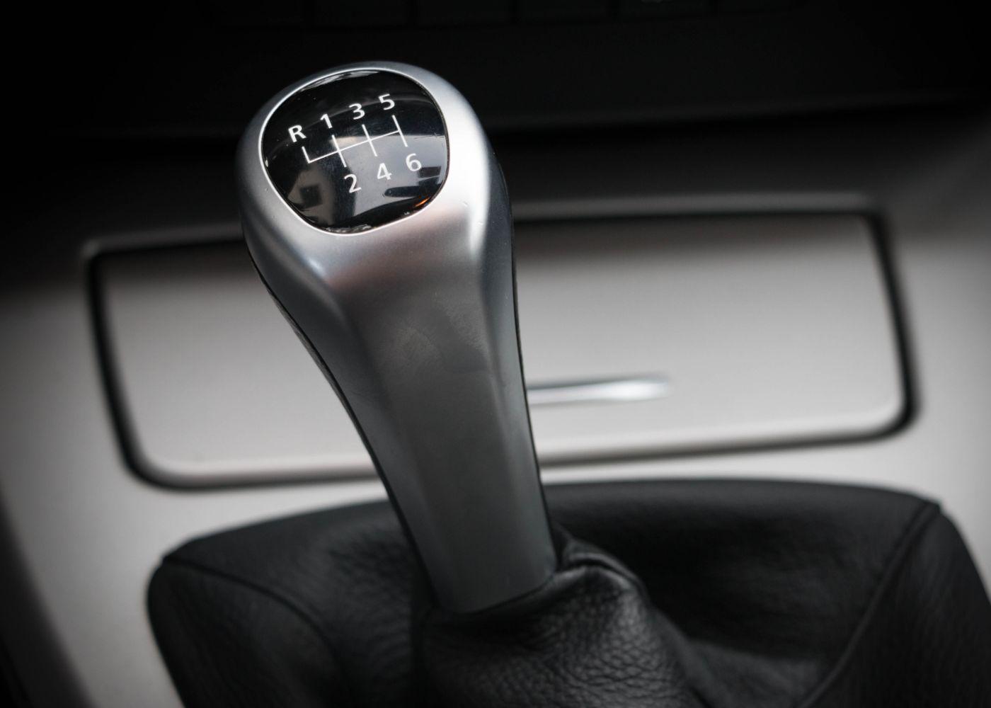 caixa de velocidades para ilustrar como usar a embraiagem corretamente