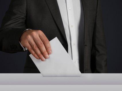 homem a votar após incrição no voto antecipado