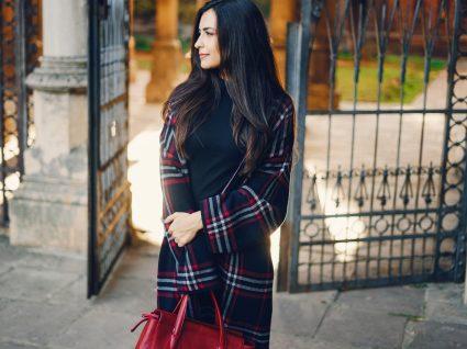 Mulher com casaco de xadrez
