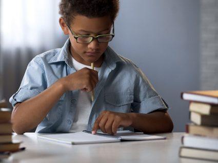rapaz a tentar concentrar-se para fazer trabalhos de casa