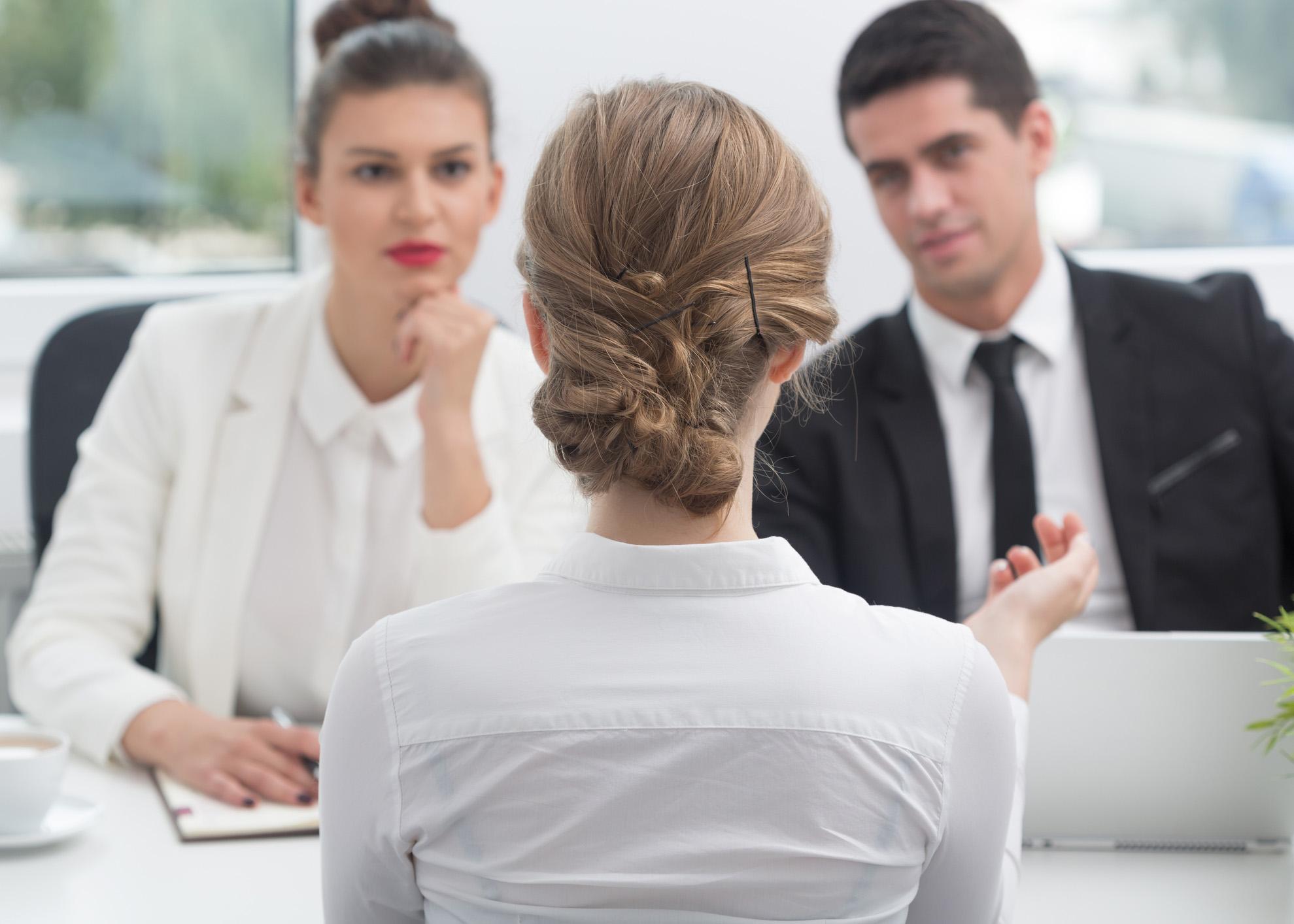 jovem em entrevista de emprego