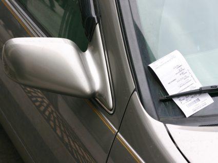 multa de trânsito no para-brisas de um carro