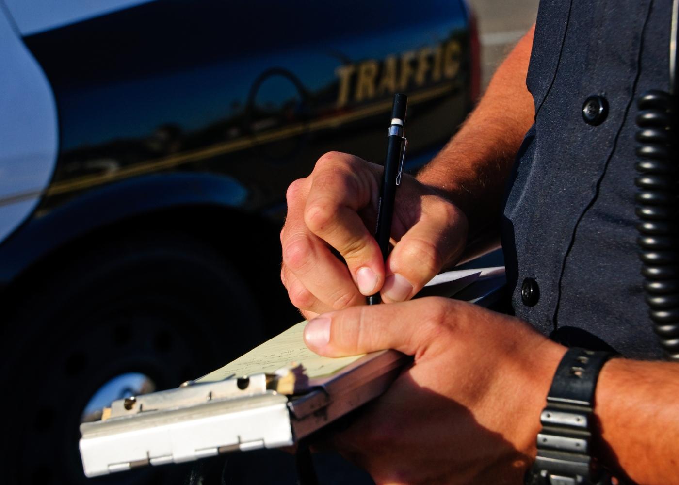 polícia a passar multa de trânsito