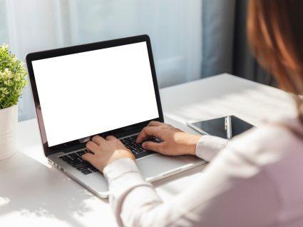 mulher ao computador a definir Objetivos profissionais a curto e longo prazo