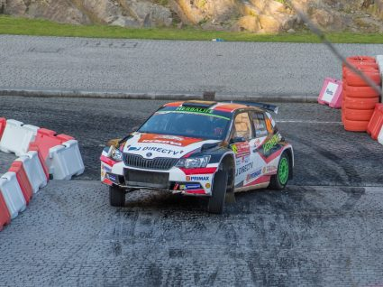 carro a competir na Porto Street Stage do Rali de Portugal