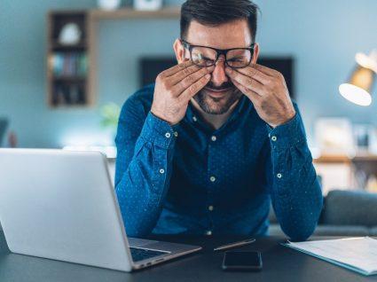 homem frustrado no trabalho com síndrome do impostor