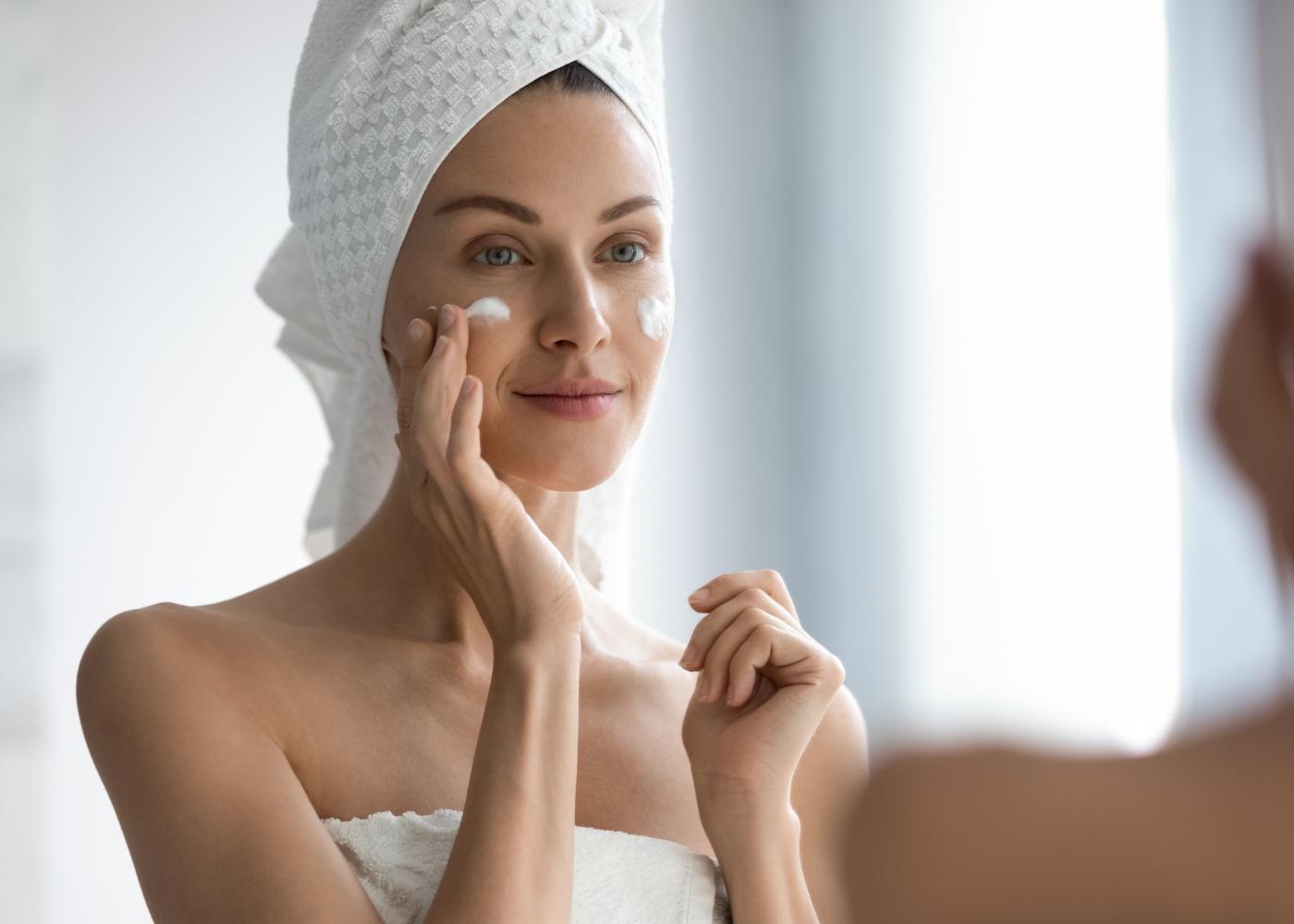 mulher a colocar primer antes da maquilhagem