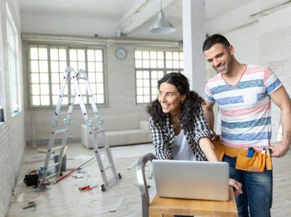 casal em casa a ser remodelada com computador