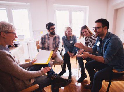 equipa a desenvolver aptidões e competências sociais