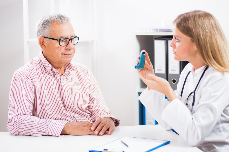 Homem com asma no médico