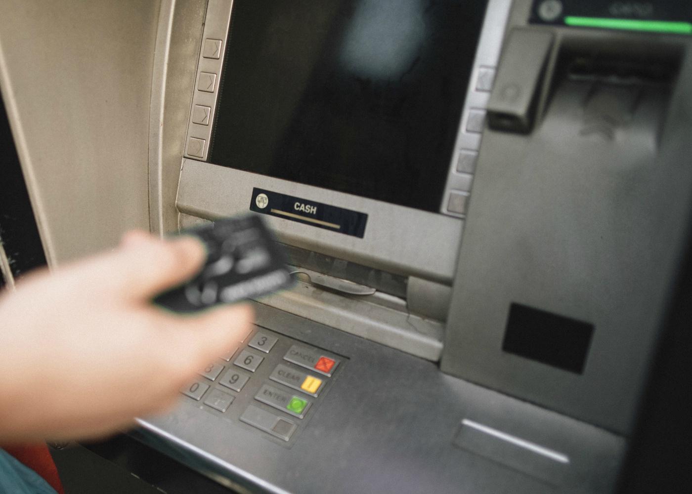 Fraudes em cartões de crédito em máquinas atm