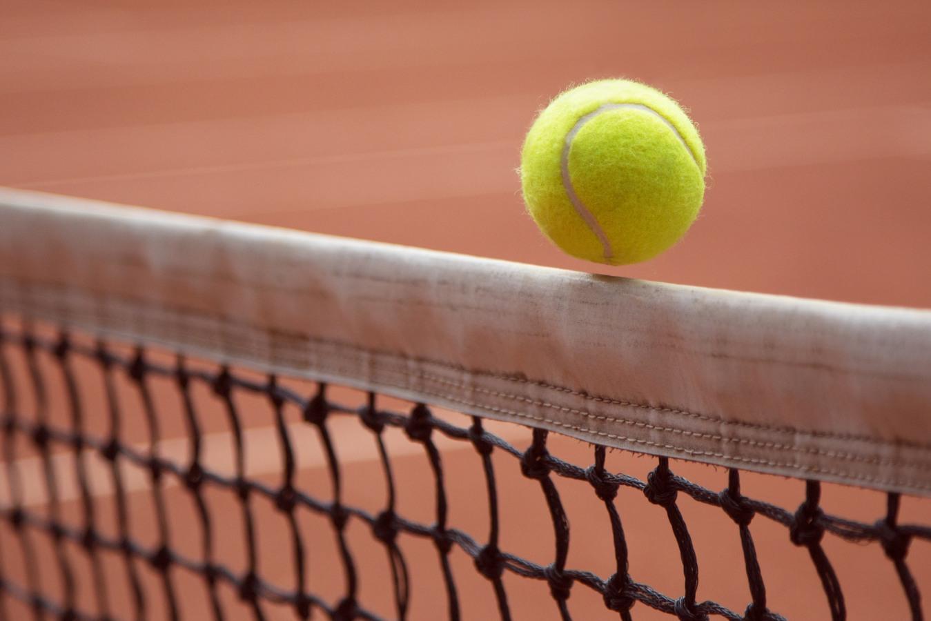 Bola de ténis na rede
